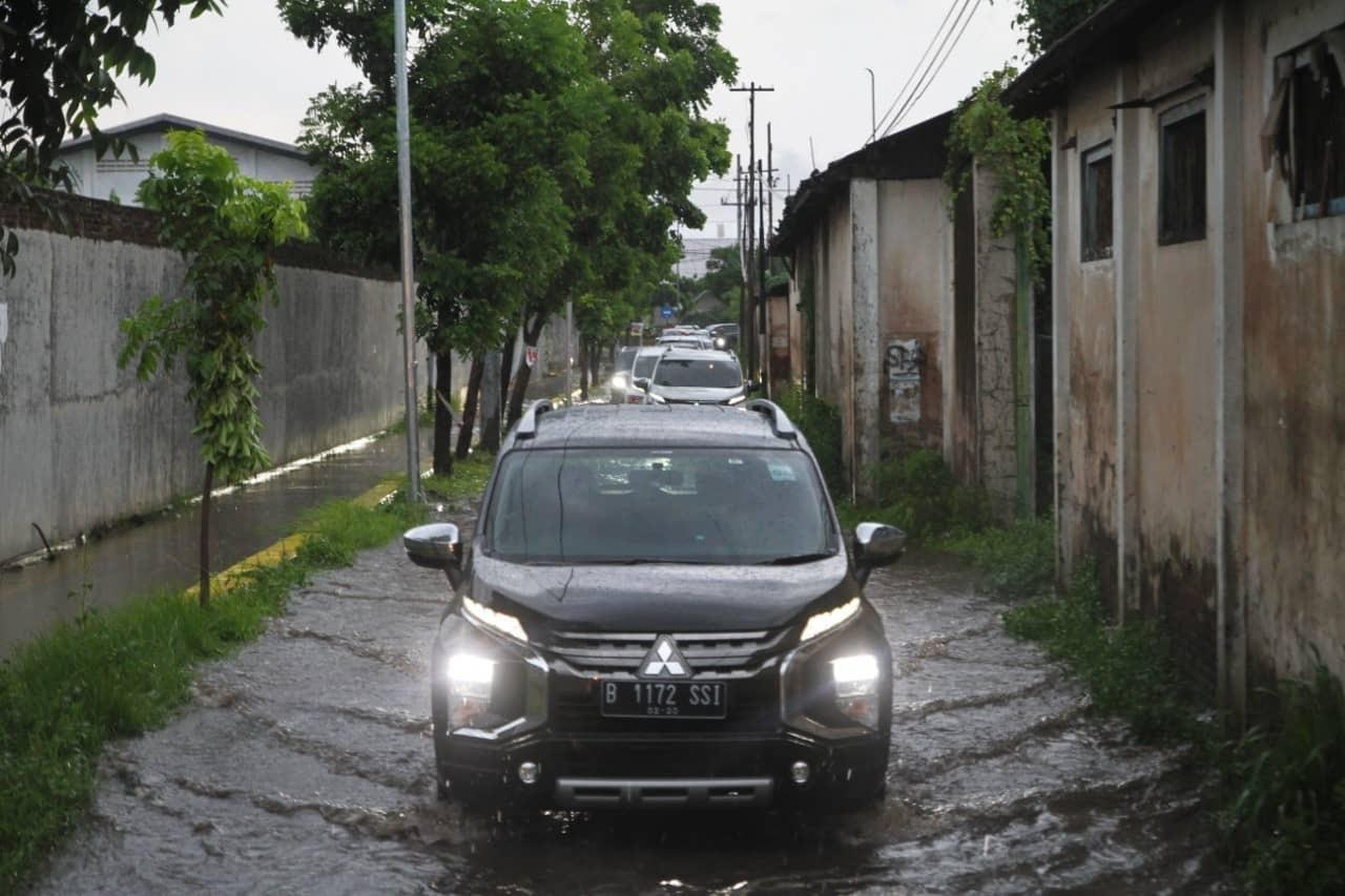 Ketahui Teknik Melewati Genangan Saat Musim Hujan Dengan Aman