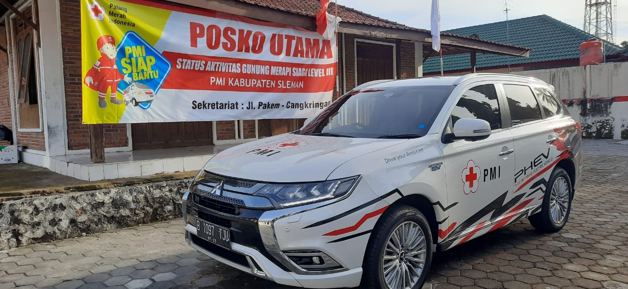 Mitsubishi Outlander PHEV Dukung Petugas PMI Bersiaga di Gunung Merapi