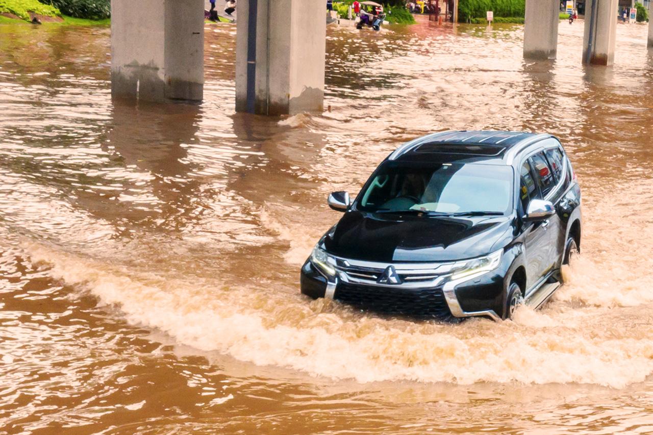 Mobil Terjebak Banjir, Ini yang Harus Anda Lakukan